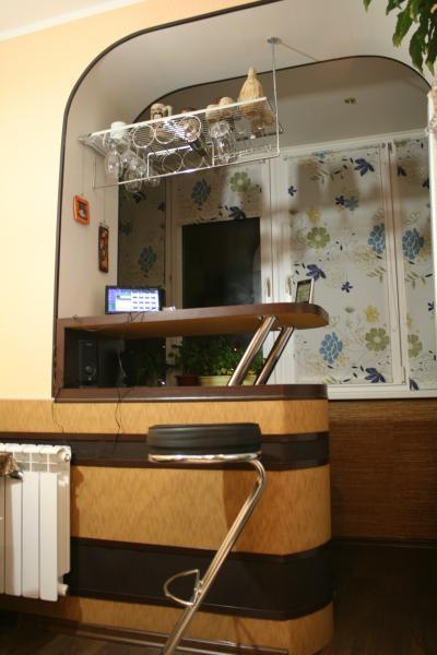 Барная стойка между кухней и балконом..